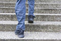 Escalando acima escadas Fotografia de Stock