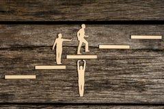 Escalando as etapas ao sucesso em uma imagem conceptual Fotos de Stock Royalty Free