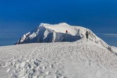 Escalando a montanha no inverno Fotos de Stock Royalty Free