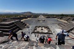 Escalando a pirâmide em Teotihuacam, México fotografia de stock