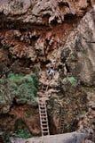 Escalando uma escada em Grand Canyon foto de stock