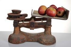 Escalas con la manzana Imagen de archivo libre de regalías