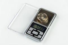 Escalas da joia de Digitas com moedas Imagens de Stock