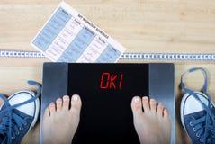 Escalas de Digitas com pés fêmeas neles e em acessórios aprovados e saudáveis do sinal do estilo de vida Imagem de Stock