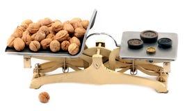 Escalas de equilibrio de la cocina antigua del hierro Foto de archivo libre de regalías
