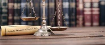 Escalas de justiça, declaração universal de direitos humanos foto de stock royalty free
