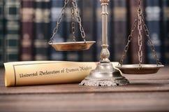 Escalas de justiça, declaração universal de direitos humanos fotografia de stock