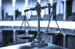 Escalas de justiça na sala do tribunal Foto de Stock Royalty Free