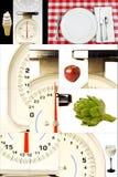 Escalas de la cocina, alimentos, mirando su peso, adietando Foto de archivo