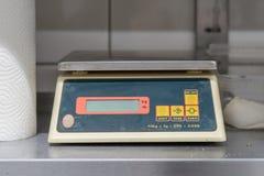 Escalas de la cocina en un estante Fotografía de archivo