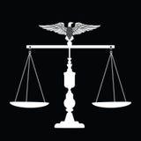 Escalas de la justicia con el águila Imagen de archivo libre de regalías