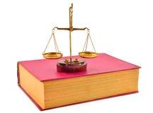 Escalas de la justicia encima de los libros Imágenes de archivo libres de regalías