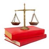 Escalas de la justicia encima de los libros legales Imagen de archivo libre de regalías