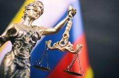 Escalas de la justicia, señora Justice delante de la bandera rusa imagen de archivo
