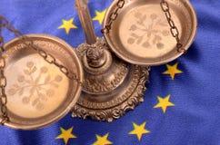 Escalas de la justicia y bandera de la unión europea Fotos de archivo libres de regalías