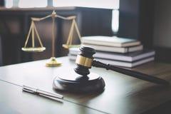 Escalas de la justicia y mazo en la tabla y abogado o juez de madera fotografía de archivo