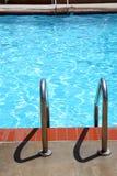 Escalas de la piscina Imagen de archivo libre de regalías