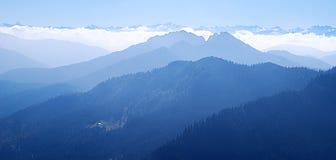 Escalas de montanha azuis fotos de stock royalty free