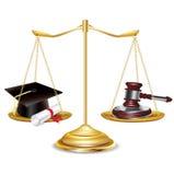 Escalas de oro con el mazo y el casquillo de la graduación Foto de archivo libre de regalías