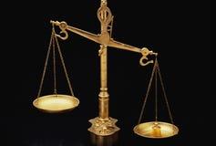 Escalas de oro de la justicia Fotos de archivo