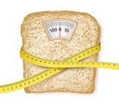Escalas de peso no formulário de uma fatia do pão e de uma fita de medição ilustração royalty free