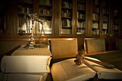 Escalas decorativas de justiça na biblioteca Fotografia de Stock