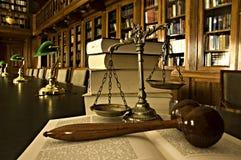 Escalas decorativas de justiça na biblioteca Imagem de Stock Royalty Free
