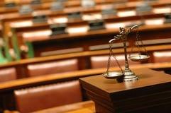 Escalas decorativas de justiça na sala do tribunal Fotografia de Stock