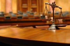 Escalas decorativas de justiça na sala do tribunal Fotos de Stock