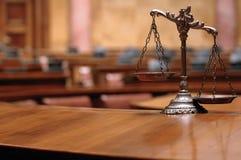 Escalas decorativas de justiça na sala do tribunal Fotos de Stock Royalty Free