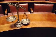 Escalas decorativas de justiça na sala do tribunal Foto de Stock Royalty Free