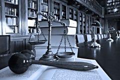 Escalas decorativas de la justicia en la biblioteca foto de archivo