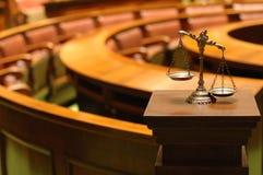 Escalas decorativas de la justicia en la sala de tribunal Imagen de archivo libre de regalías