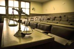 Escalas decorativas de la justicia en la sala de tribunal Foto de archivo