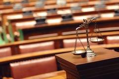 Escalas decorativas de la justicia en la sala de tribunal Fotografía de archivo libre de regalías