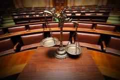 Escalas decorativas de la justicia en la sala de tribunal Fotos de archivo