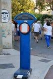 Escalas del azul para medir el peso de una persona Foto de archivo libre de regalías