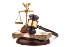 Escalas del dinero del mazo de la justicia y del juez aislado en blanco Foto de archivo