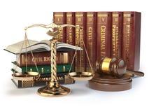 Escalas del oro de la justicia, del mazo y de libros Foto de archivo