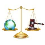 Escalas douradas com globo e gavel da terra Imagem de Stock