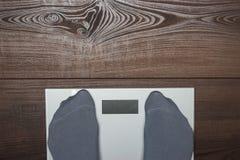 Escalas electrónicas en el suelo de madera Fotografía de archivo