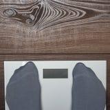 Escalas electrónicas en el suelo de madera Imagenes de archivo