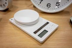 Escalas eletrônicas para o peso de múltiplos propósitos na tabela de madeira fotos de stock