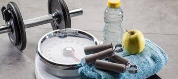 Escalas para o controle da aptidão, do exercício e de peso no assoalho do gym fotografia de stock