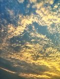 Escalas que igualan la nube Fotos de archivo