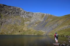 Escalas Tarn, Blencathra e vista à borda afiada fotografia de stock