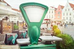 Escalas velhas na rua no quadrado de Tallinn, Estônia Foto de Stock Royalty Free