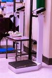 Escalas y medidas de la altura en el área del hospital imágenes de archivo libres de regalías