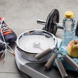 Escalas, zapatillas de deporte, accesorios del ejercicio del peso y comida natural de la dieta Fotos de archivo libres de regalías