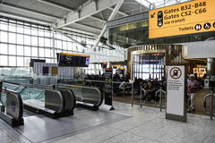 Escalator à l'aéroport de Heathrow Images libres de droits